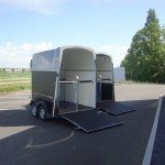 Humbaur Equitos Plywood 2 paards paardentrailer Humbaur Balios 2 paards trailer paardentrailer PAK Aanhangwagens geopend