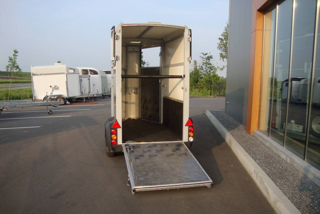 Ifor Williams HB403 1,5 paards paardentrailer zilver Ifor Williams HB403 1,5 paards trailer zilver paardentrailer PAK Aanhangwagens achter open