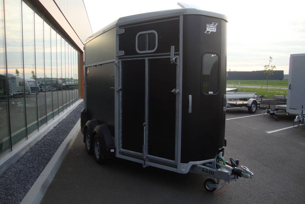 Ifor Williams HB506 2 paards paardentrailer Ifor Williams HB506 2 paards paardentrailer zwart PAK Aanhangwagens voorkant
